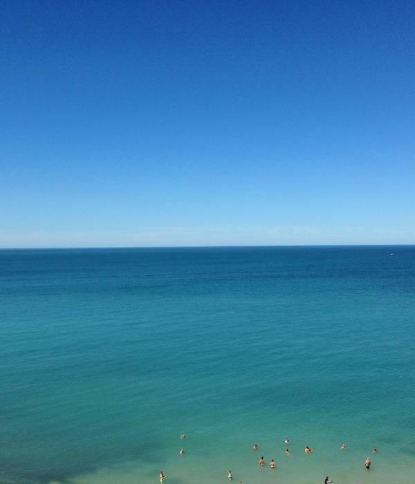 Pourquoi en ce moment notre mer est-elle bleue et verte par endroit?