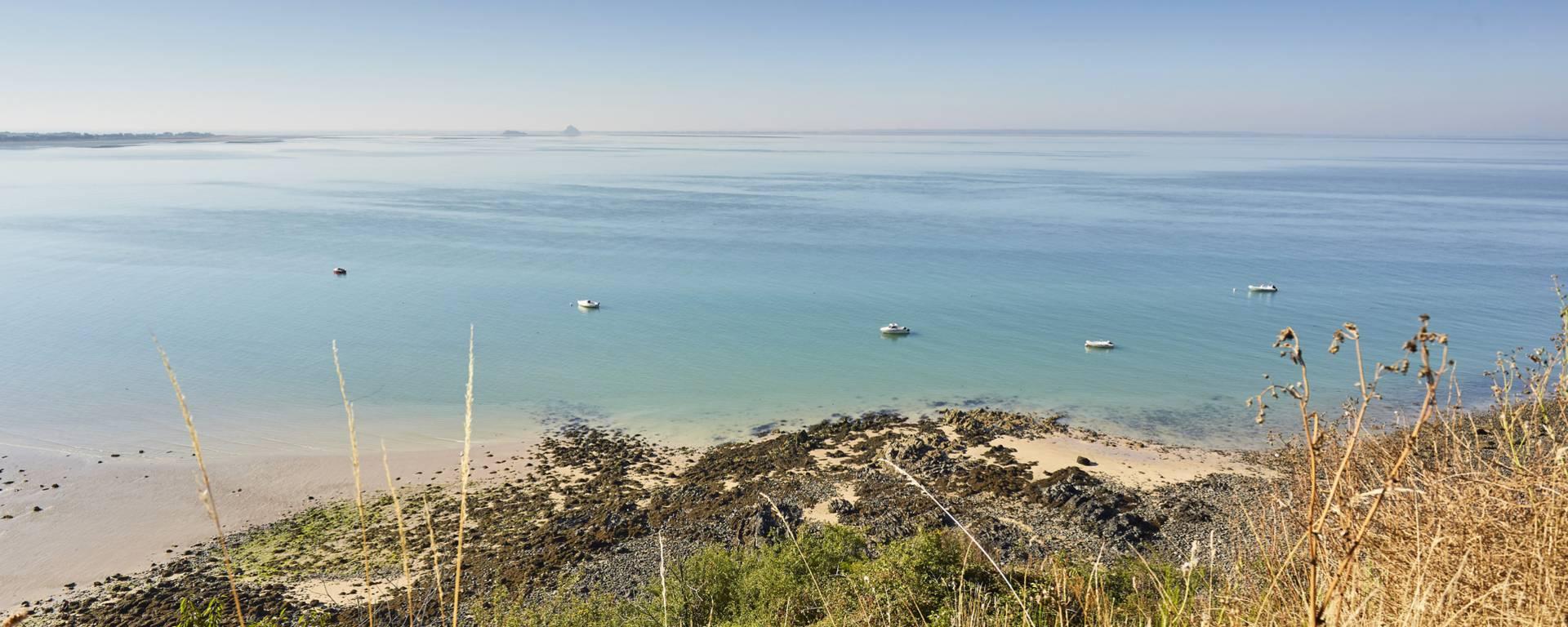 """Longées par une route sur laquelle se trouve le """"plus beau kilomètre de France"""", les falaises de Champeaux offrent une vue imprenable sur la Baie du Mont-Saint-Michel."""