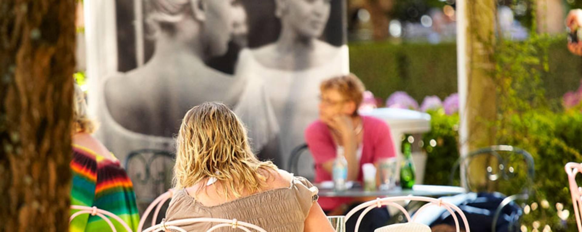 Profiter du calme du jardin Dior à Granville pour faire une pause.