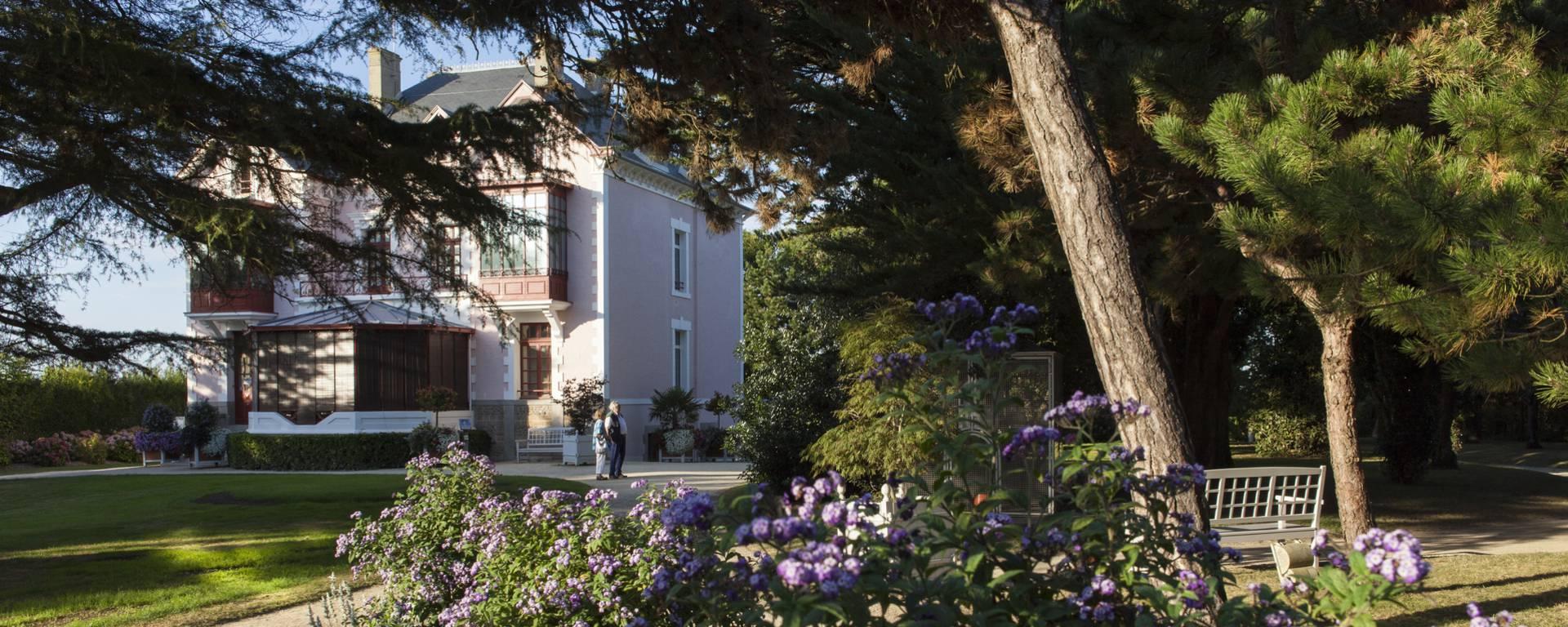 Vue sur la maison Dior depuis le jardin. Granville.