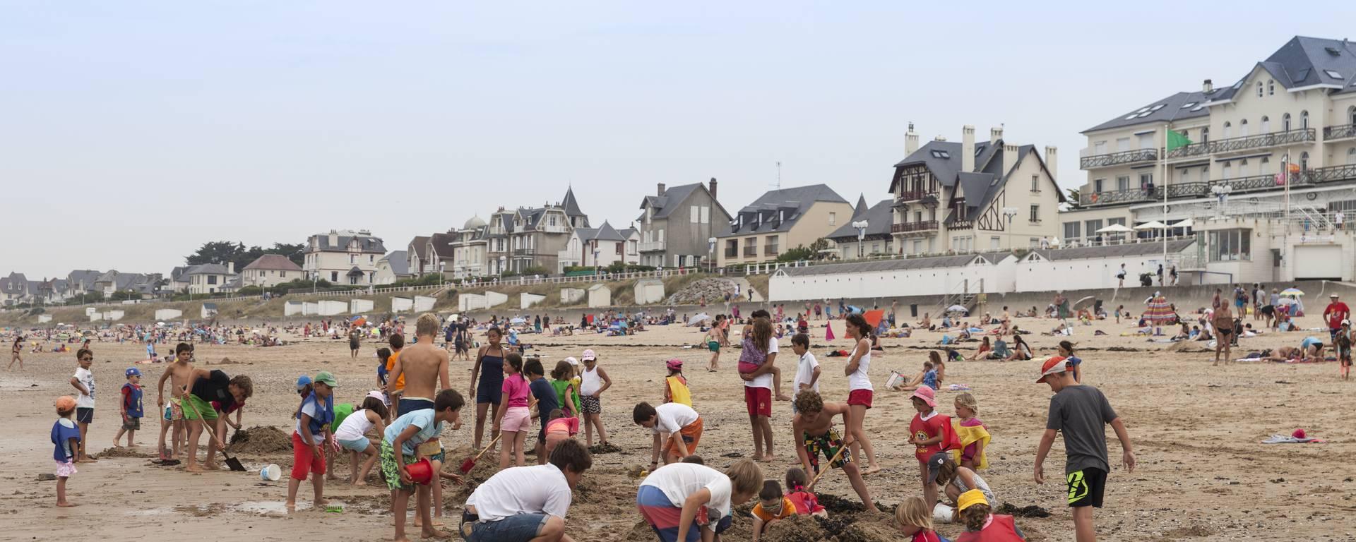 Concours de chateaux de sable sur la plage de Jullouville