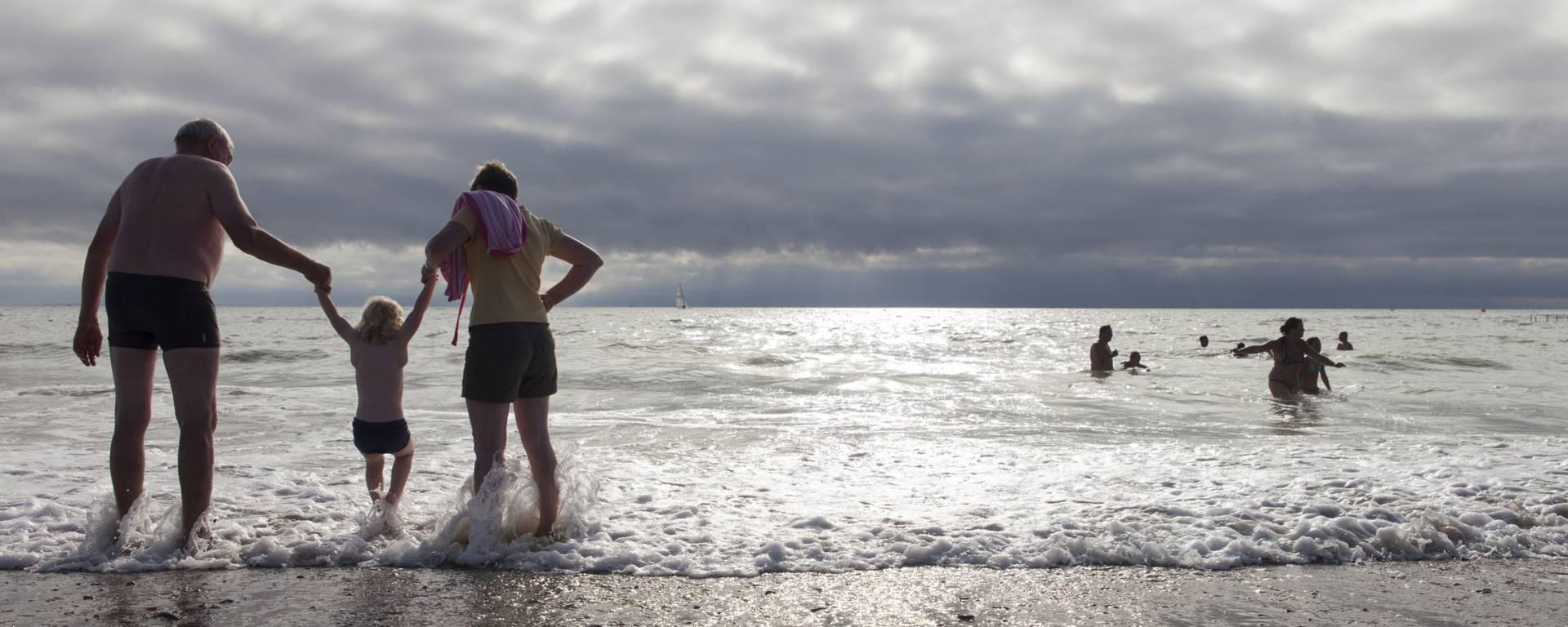La plage et les plaisirs simples du temps en famille