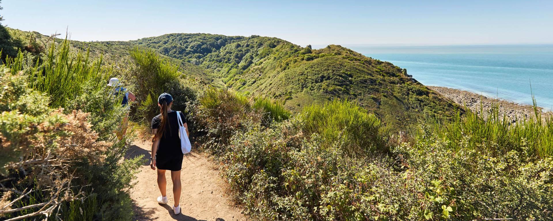 Profitez de la superbe balade sur le GR223. Il longe les falaises de Carolles et offre une vue spectaculaire sur la baie du Mont-Saint-Michel