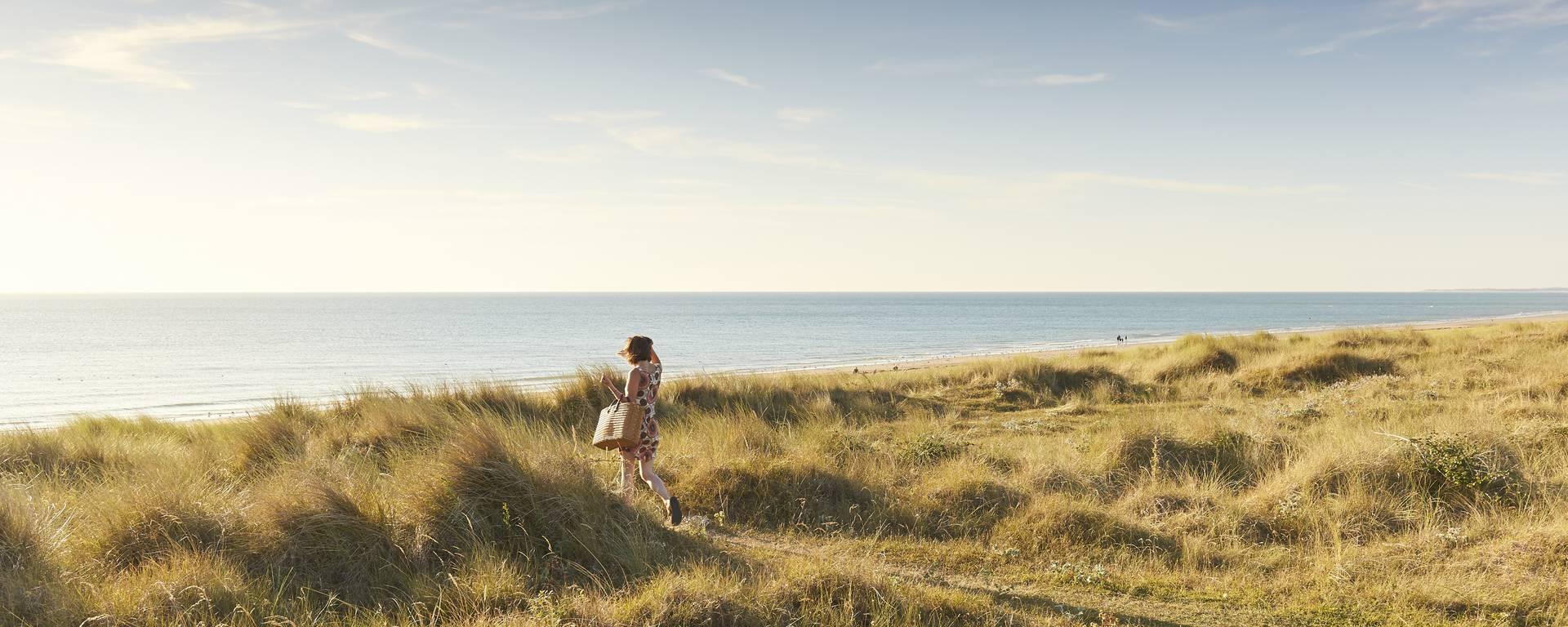 """Les dunes de Saint-Martin-de-Bréhal offrent une balade jusqu'au lieu dit """"Le bout du Monde""""."""