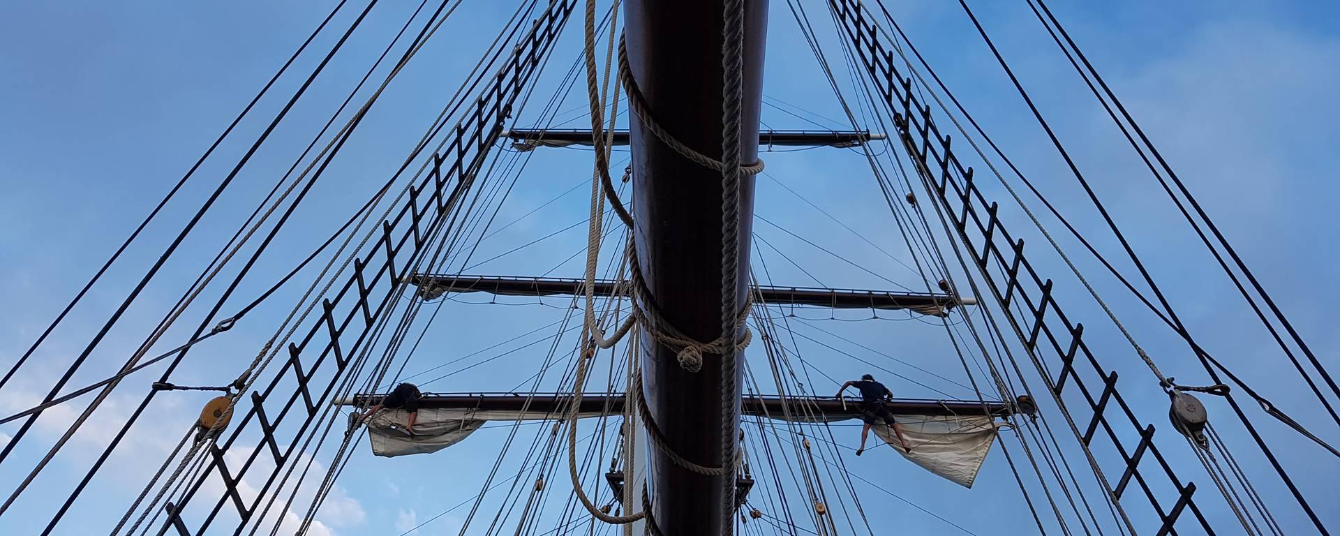 Les acrobates en haut du mât