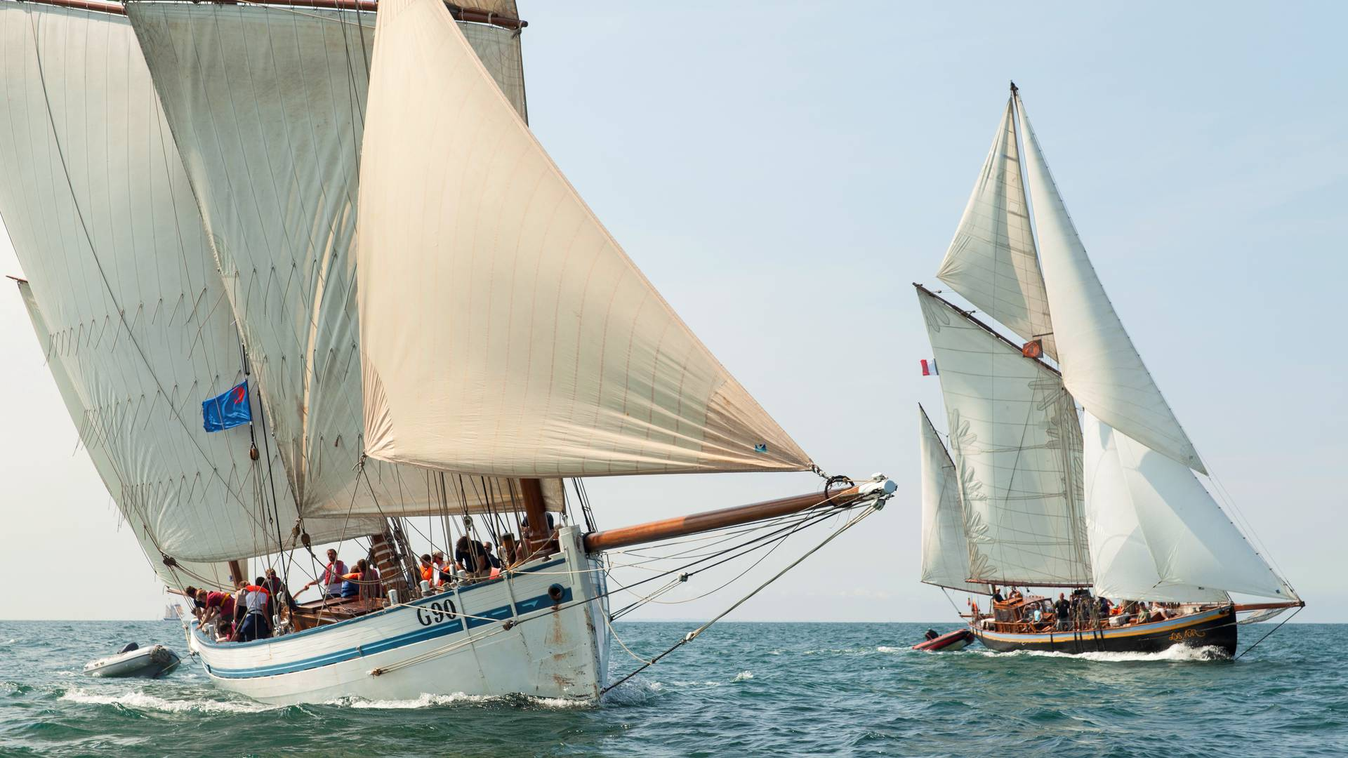 Kommen Sie an Bord ungewöhnlicher Segelschiffe